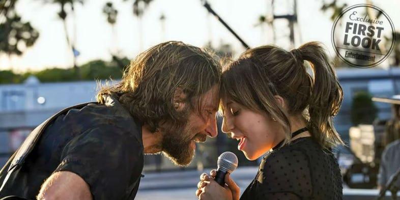På bilden kan du se Lady Gaga och Bradley Cooper som sjunger med varandra