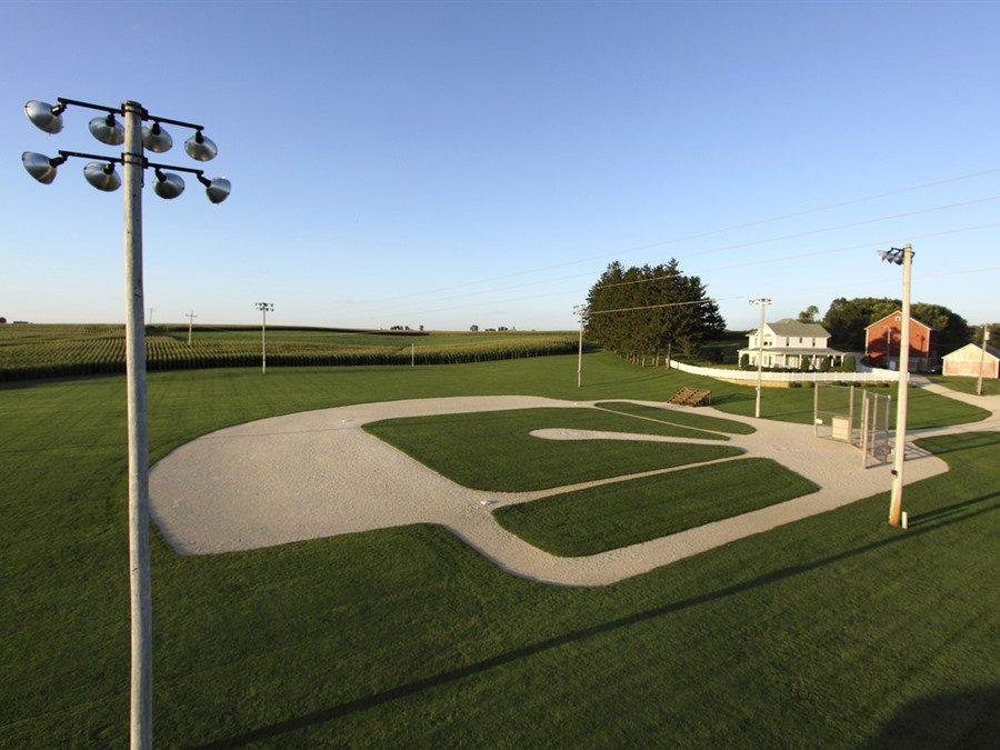 Bilden föreställer baseballplanen från filmen Drömmarnas fält. En övergiven inspelningsplats populärt bland filmälskare.