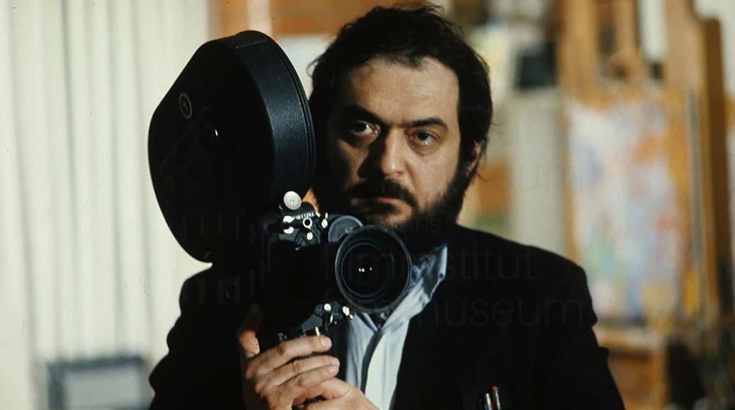 Stanley Kubrick håller i en kamera.