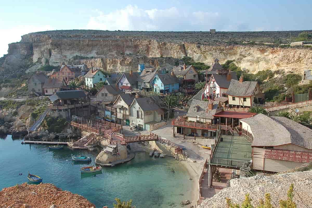 På bilden ser man Popeye Village, inspelningsplatsen från Robert Altmans Karl Alfred.