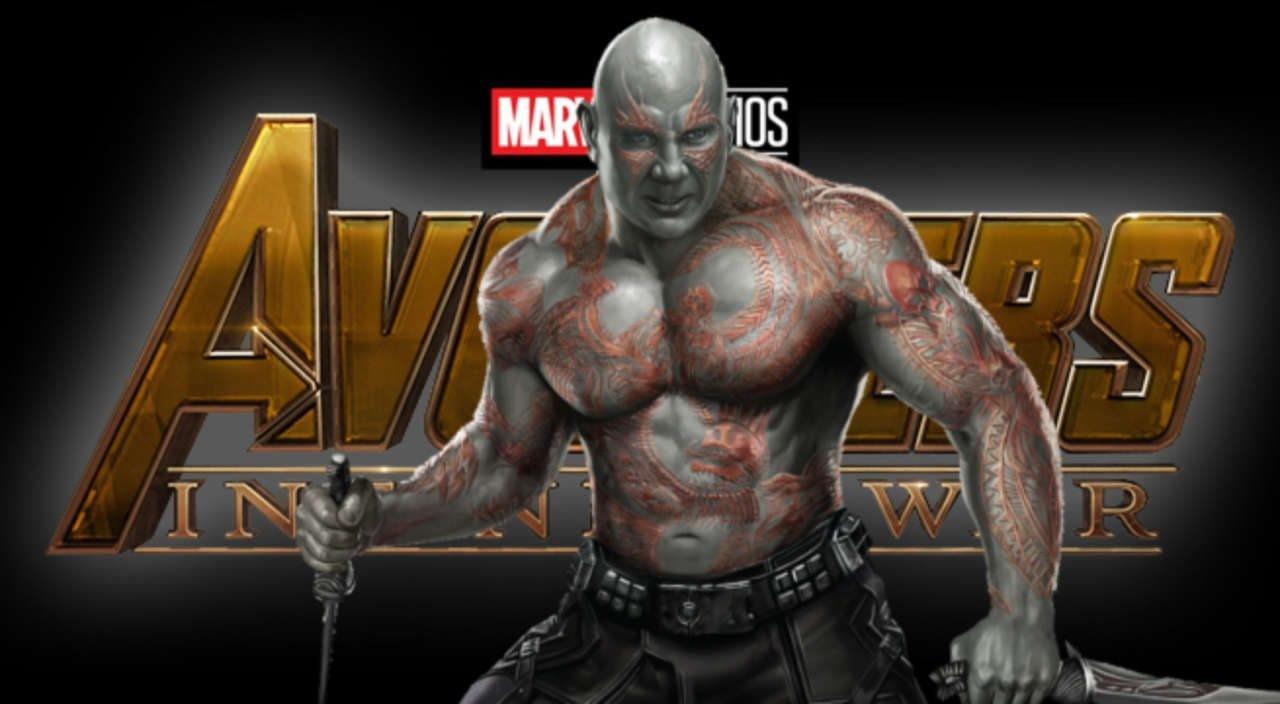 Här kan du se Drax hålla en kniv i handen.