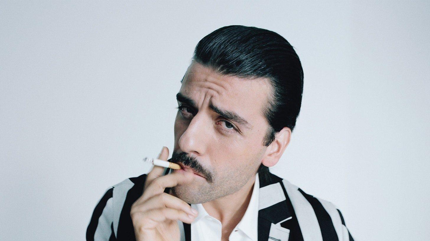 Här kan du se en bild på en rökande Oscar Isaacs