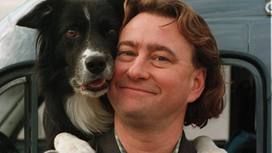 """Från kriminalserien """"Snoken"""". En man och en hund ler in i kameran."""