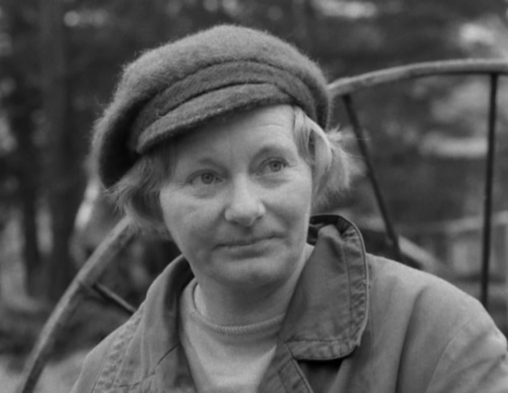 Lantbrukaren Ingrid Ekman medverkar i Fårö dokument av Ingmar Bergman. Här ser vi en porträttbild av henne.