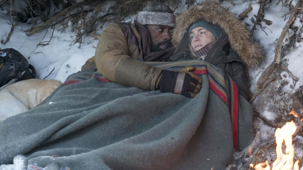 Kate Winslet och Idris Elba i The Mountain Between Us.