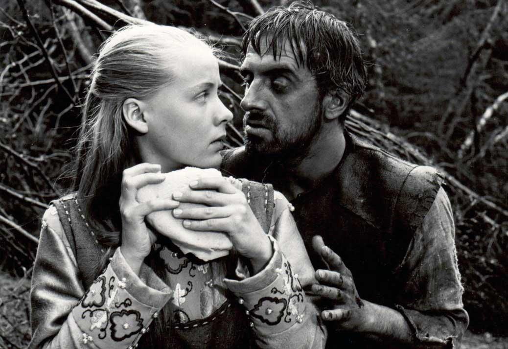 Den tunglöse mannen gör obehagliga närmanden på Karin som delar sitt bröd med honom.
