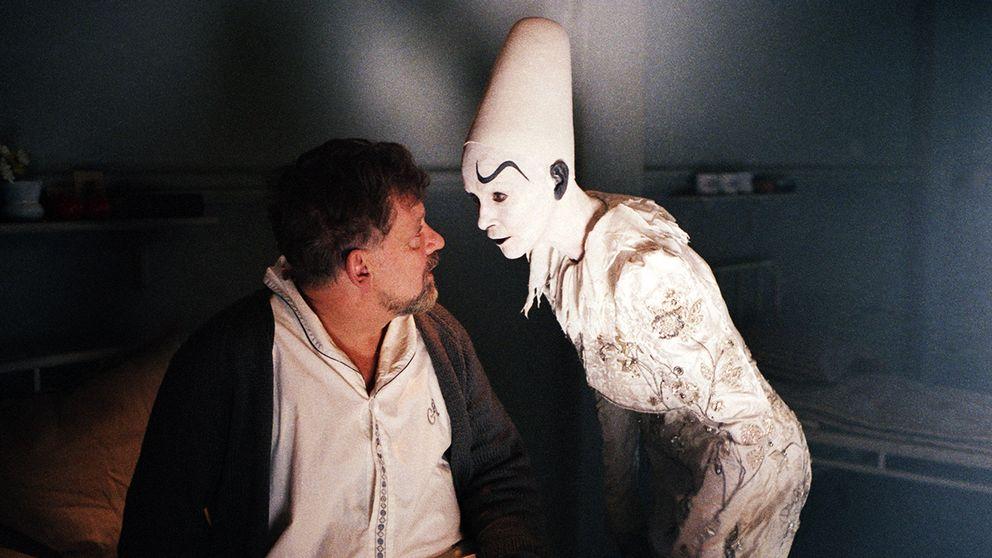 Börje Ahlstedt möter en spökaktig Clown i Larmar och gör sig till.