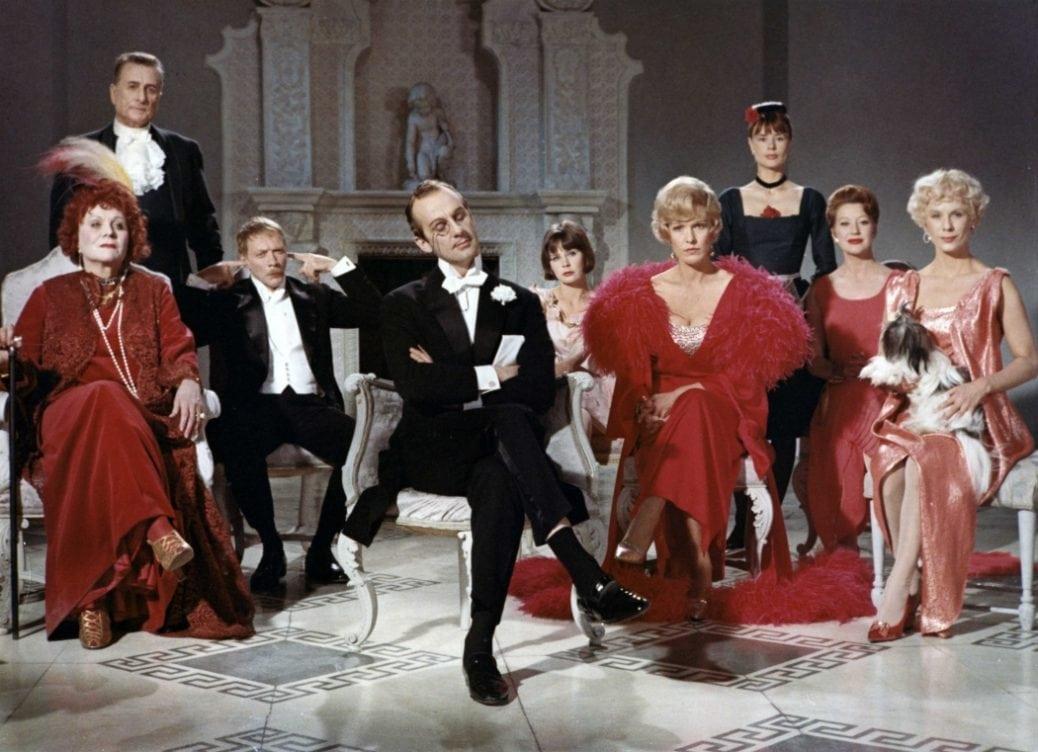 Ensemblen i För att inte tala om alla dessa kvinnor sitter i ett rum och inväntar en konsert.