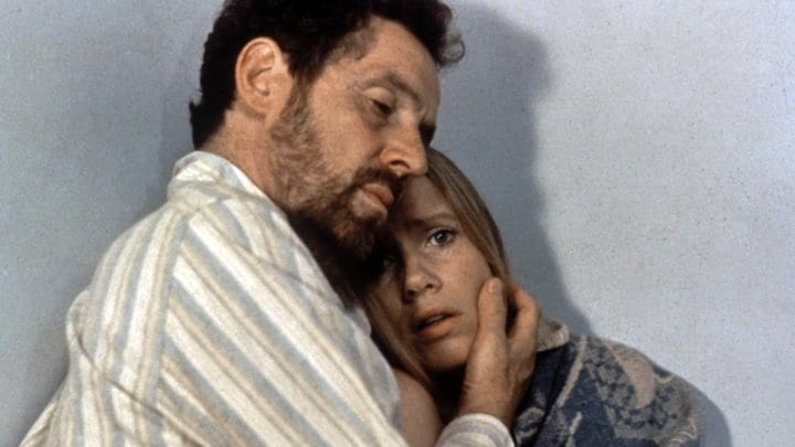 Erland Josephson och Liv Ullmann sitter mitt emot varandra i Scener ur ett äktenskap av Ingmar Bergman.