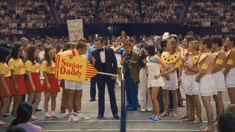 Bobby Riggs (Carrell) och Billie Jean King (Stone) möts på tennisbanan i Battle of the Sexes