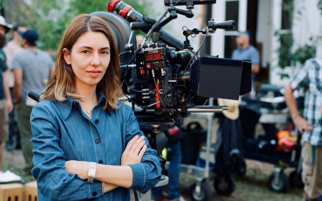 Sofia Coppola står framför en kamera.