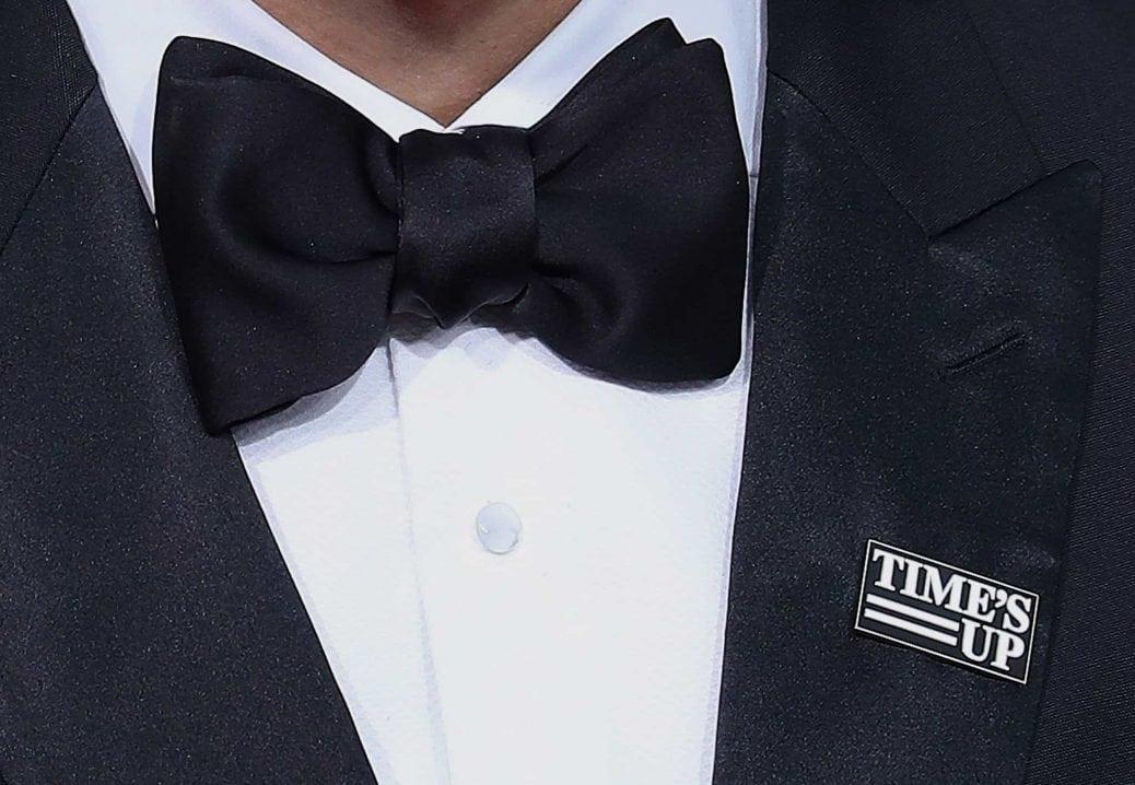 """Bild på bröstet på en smoking som bär broschen med texten """"Time's Up"""""""