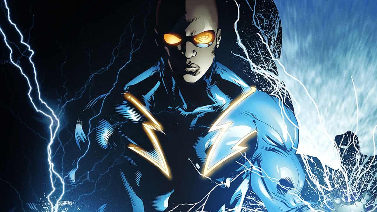 Serietidningsbild av Black Lightning med blixtar som kommer från hans händer