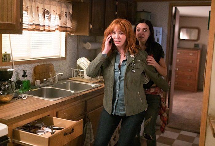 "Christina Hendricks och Bailee Madison i Johannes Roberts ""The Strangers: Prey at Night"""