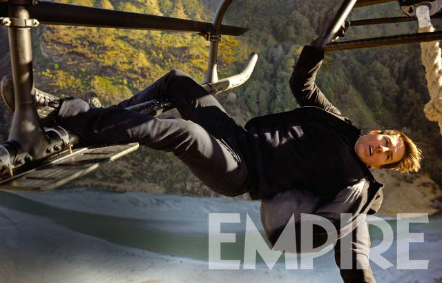 Tom Cruise hänger från en helikopter i nya Mission Impossible.