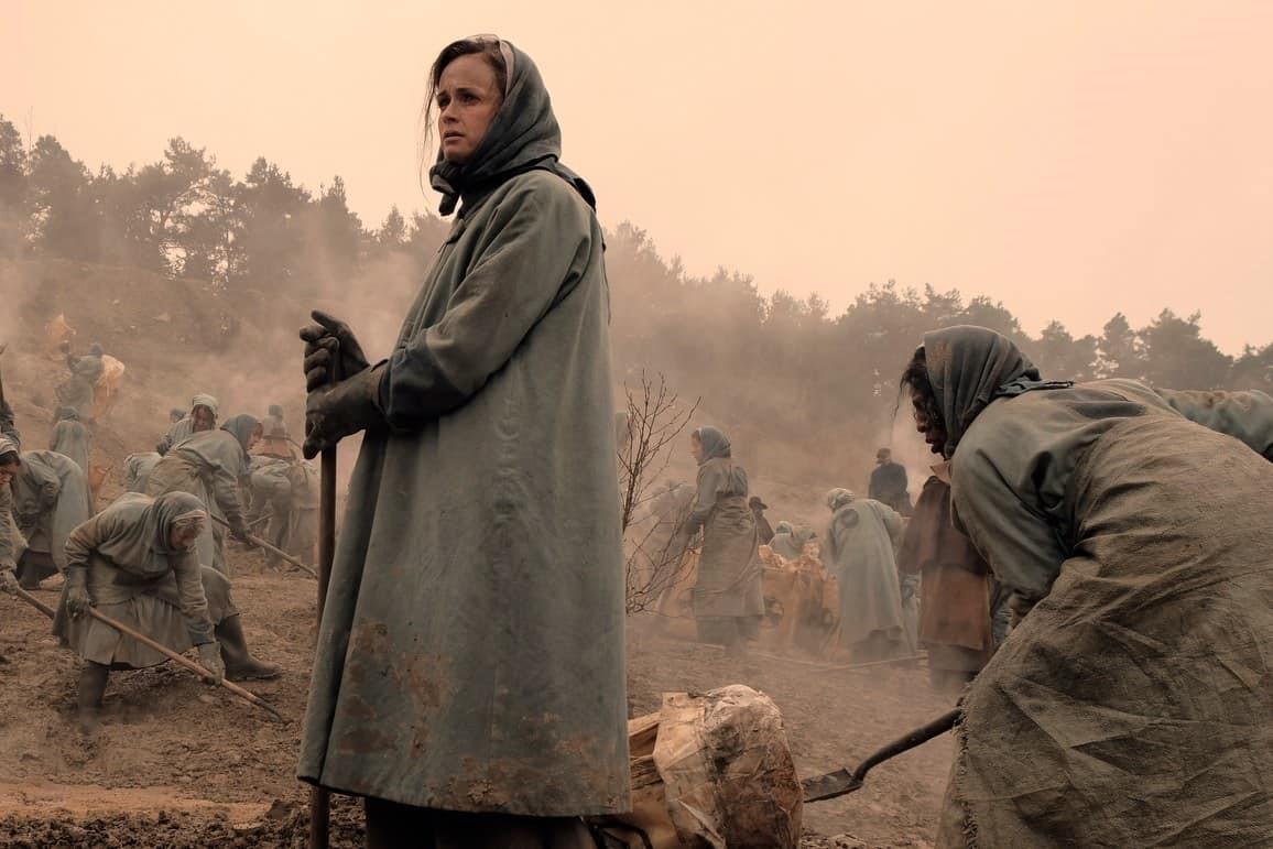 Alexis Bledel som Emily i andra säsongen av The Handmaid's Tale