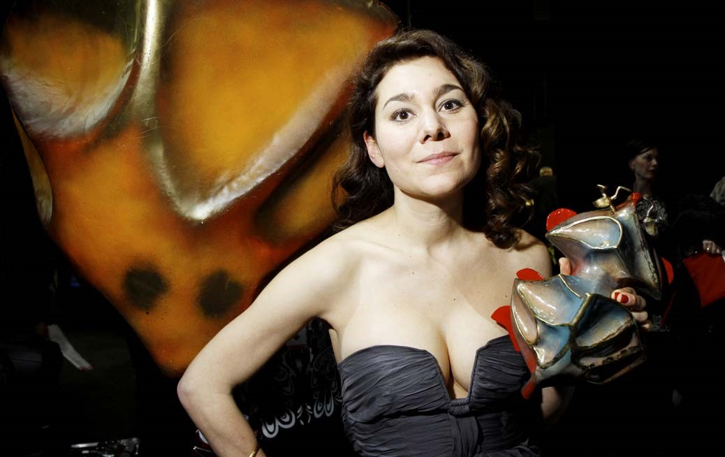 Lisa Aschan med en guldbagge i handen.