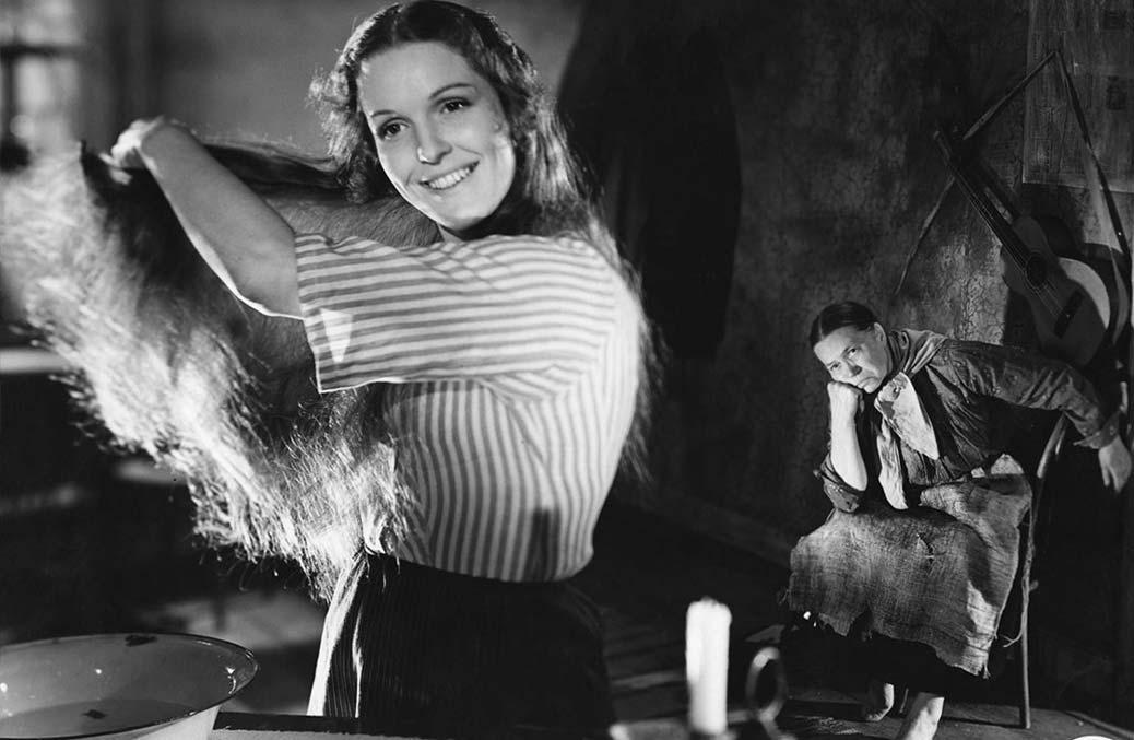Eva Dahlbeck kammar sitt hår i den svenska filmen Bara en mor.