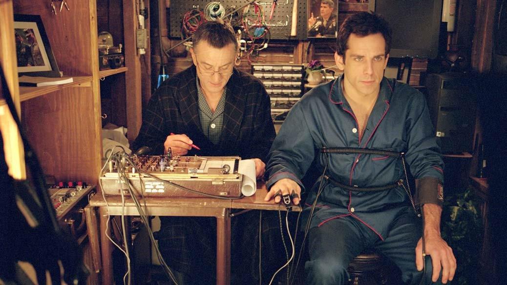 Ben Stiller sitter i en lögndetektor som granskas av Robert De Niro.