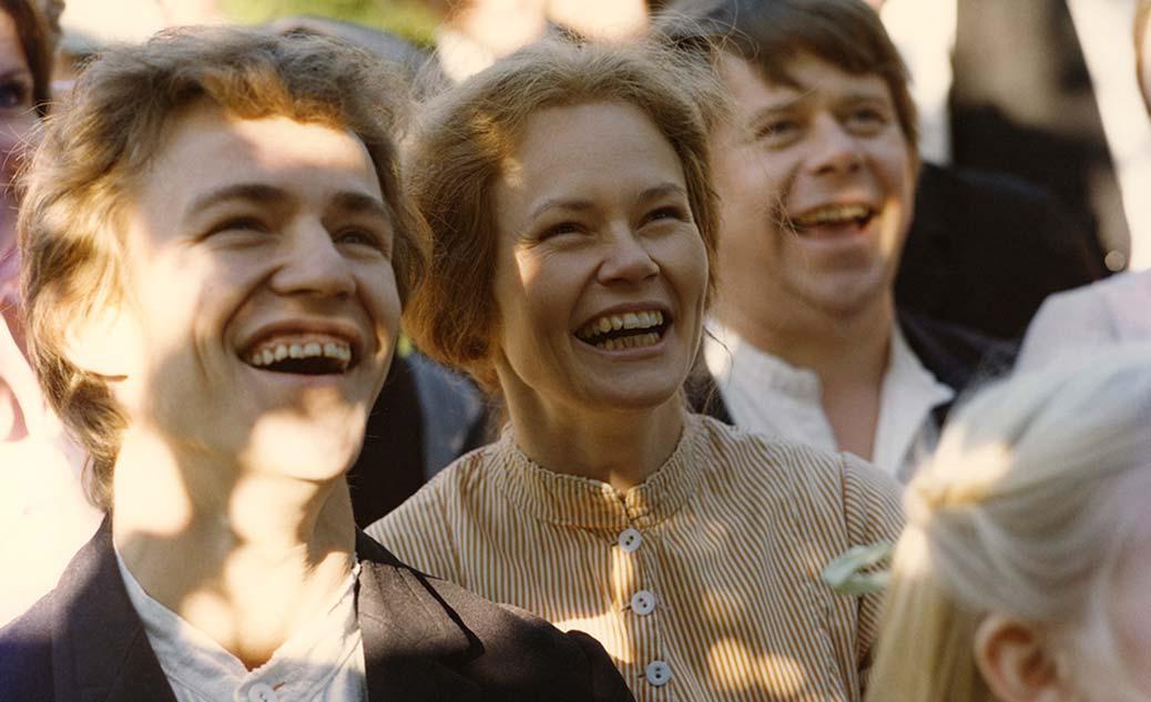 Eddie Axberg och Britt-Louise Tillbom står i en folksamling och ler.