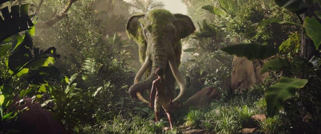 Mowgli möter en elefant i Djungelboken, en av många bra djungelfilmer.