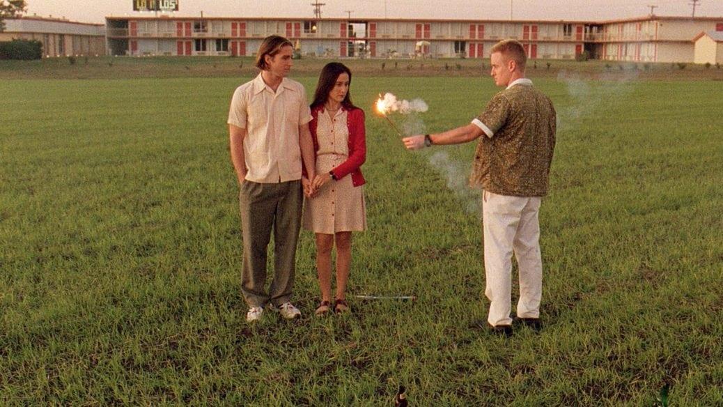 Några står på en gräsmatta med en smällare.