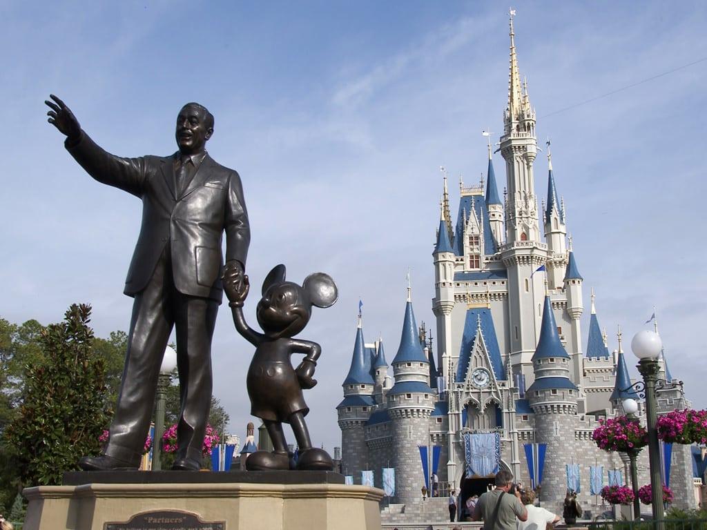 En staty som föreställer Walt Disney och Musse Pigg.
