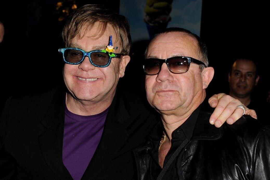 På bilden ser du Elton John och Bernie Taupin som poserar tillsammans