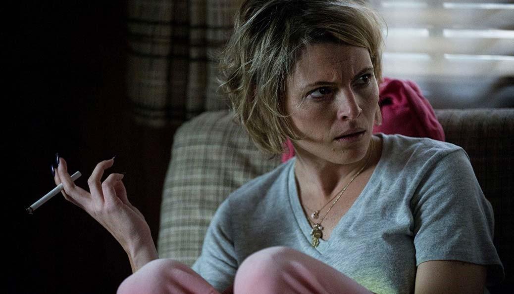 Amy Seimetz röker i en fåtölj.