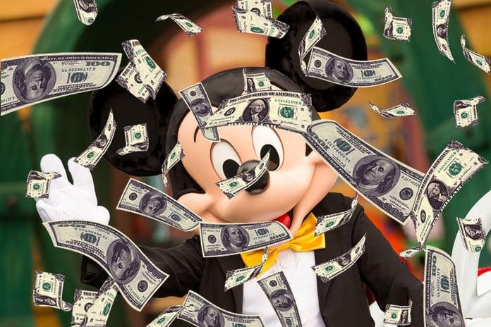 På bilden ser vi Musse Pig ett ett pengaregn