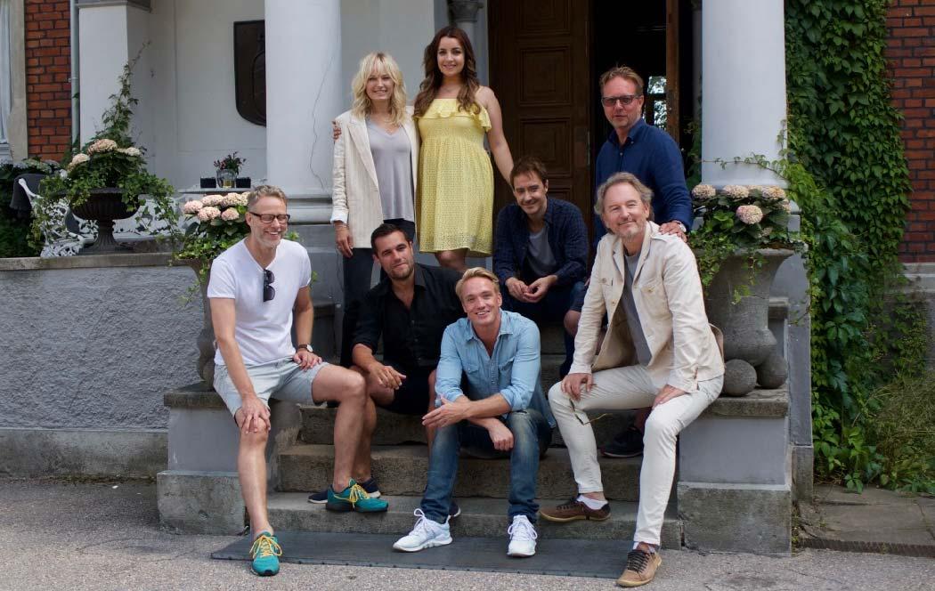 Ensemblen i Tomas Ledin-filmen En del av mitt hjärta. Sitter på Thorskogs slotts trappa.