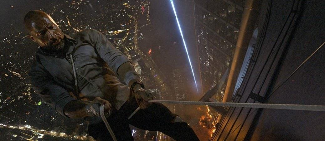 Dwayne Johnson använder silvertejp och list på hisnande höjder i Skyscraper