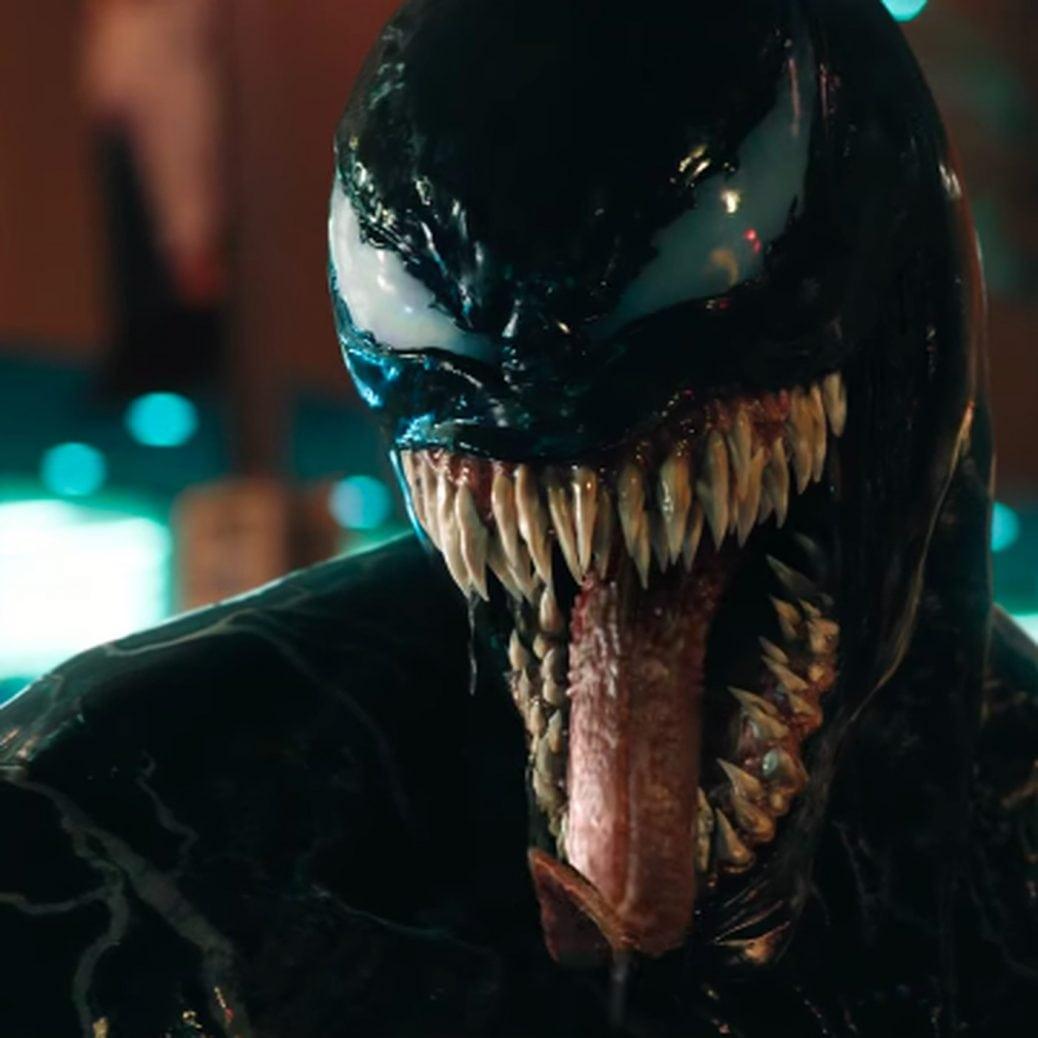 Venoms ansikte med lång tunga och mycket tänder