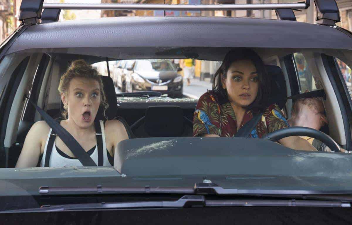Mila Kunis och Kate McKinnon i en bil i The Spy Who Dumped Me