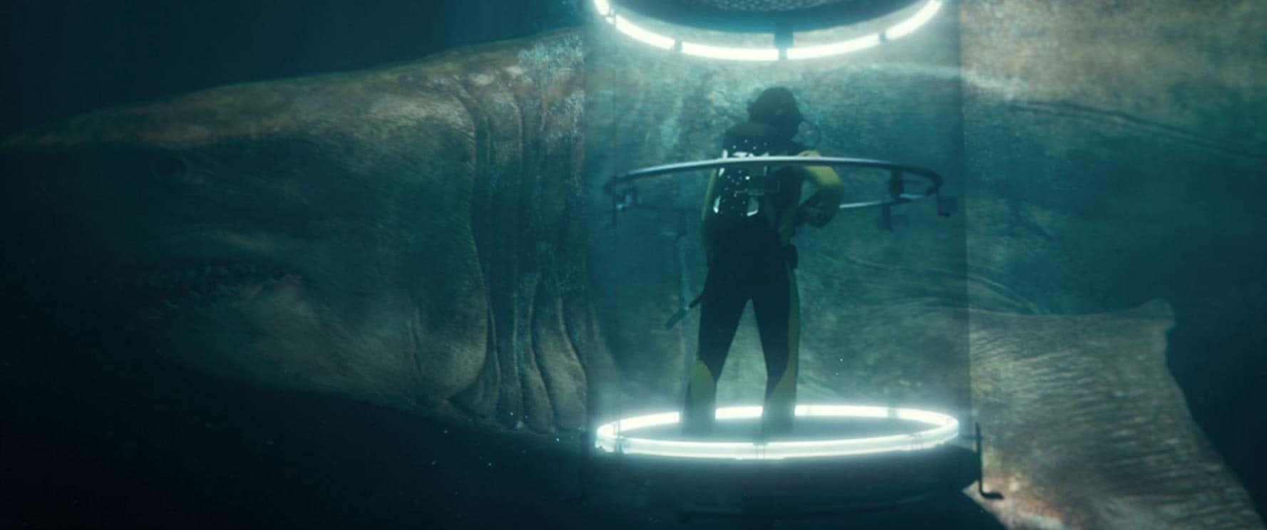 Hajen och en dykare i en hajbur i The Meg