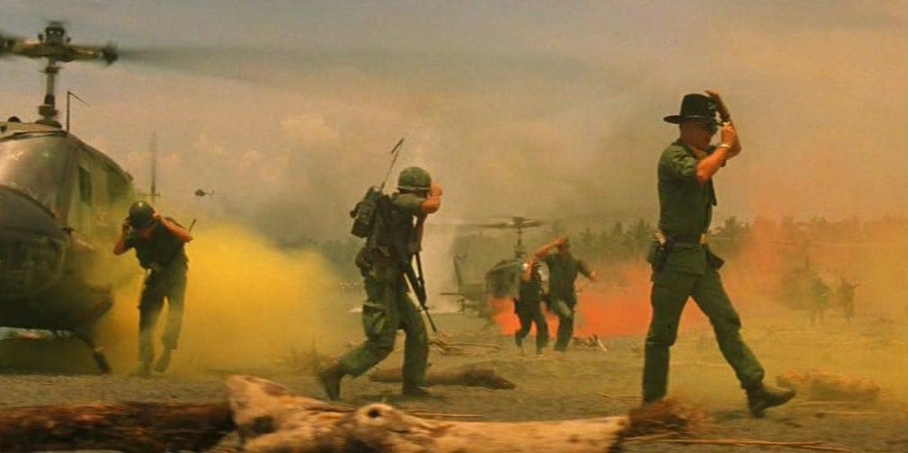 Soldater i orange rök.