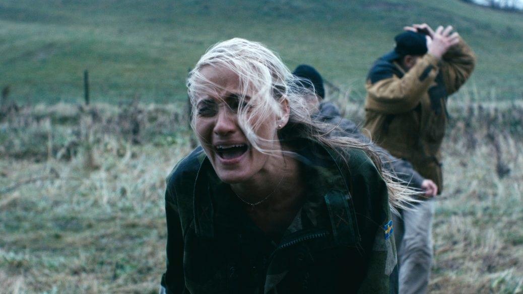 En kvinna skriker.