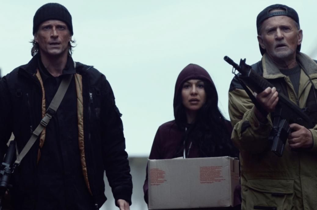 Tre av filmens huvudpersoner går sida vid sida med varandra.