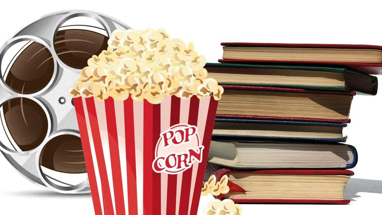 En filmrulle, en kartong med popcorn och en trave böcker