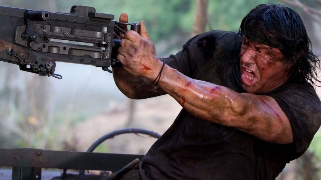 Sylvester Stallone använder ett automatvapen