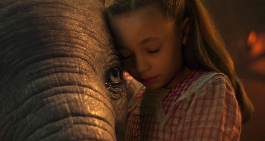 På bilden ser du Dumbo och en av Holts barn