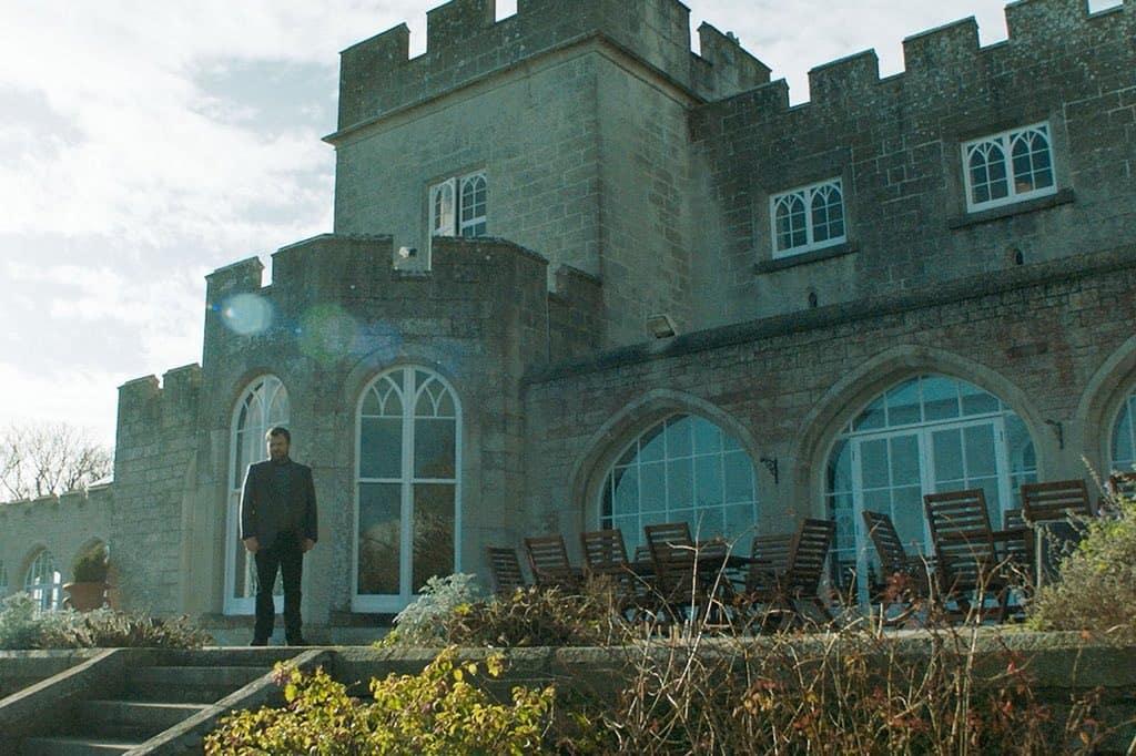 Neil Maskell som Colin Burstead framför herrgården