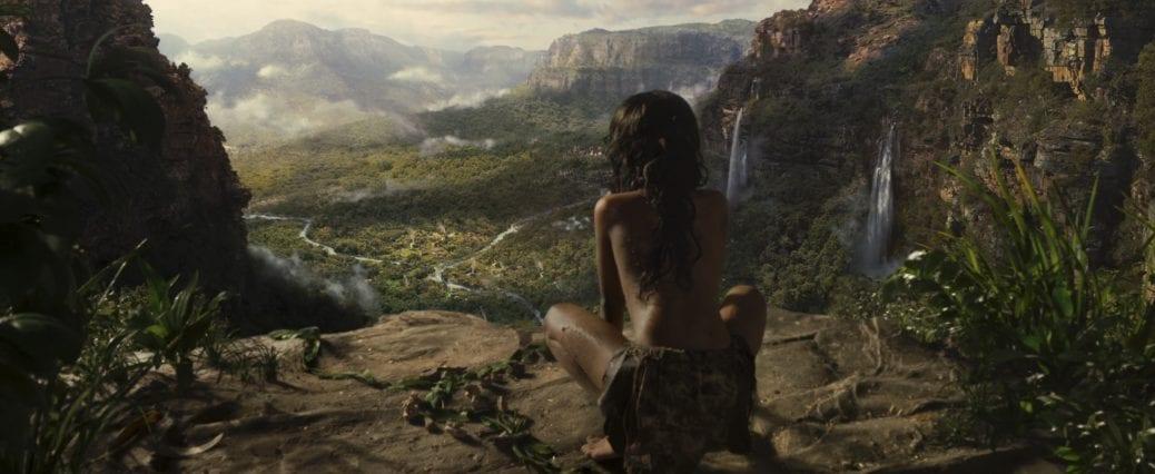 """Från Netflix Originalfilm, """"Mowgli"""". Mowgli tittar ut över djugeln från en klippa."""