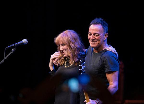 Bruce Springsteen och hans fru i Springsteen on Broadway.