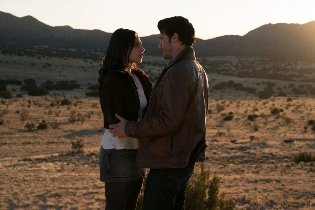 """Nathan Parsons och Jeanine Mason i """"Roswell, New Mexico""""."""