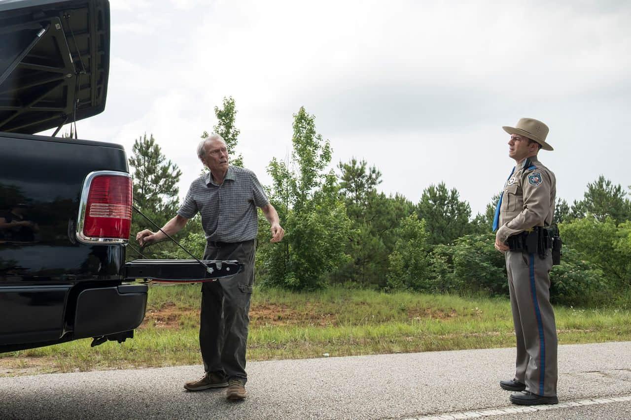Clint Eastwood blir stoppad av en polis i The Mule