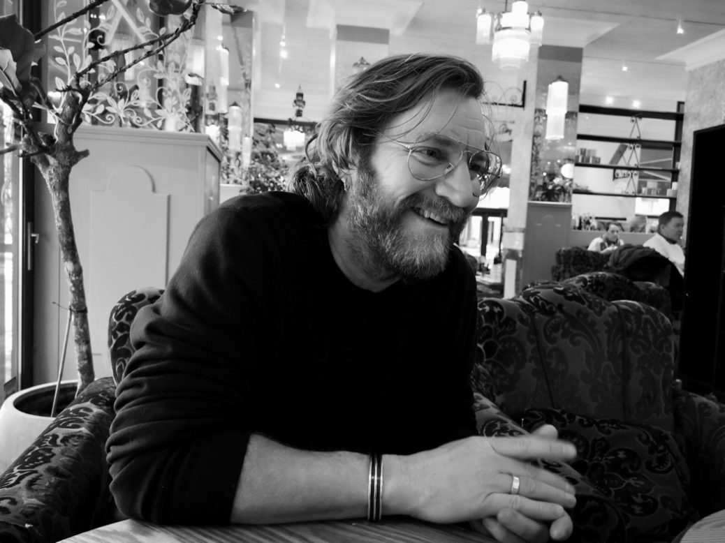 Magnus Krepper skrattar.