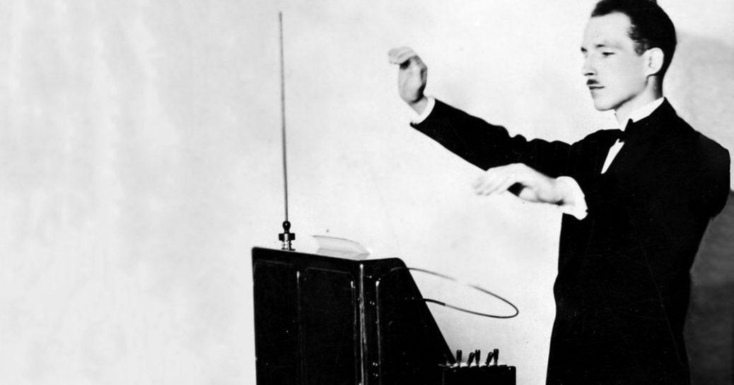 Bild på man som spelar på en theremin.