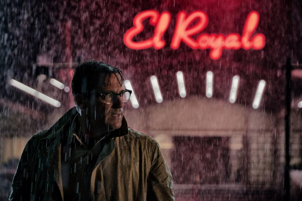 """Jon Hamm står ute i regner utanför hotellet i """"Bad Times at the El Royale"""", som regisseras av Drew Goddard."""
