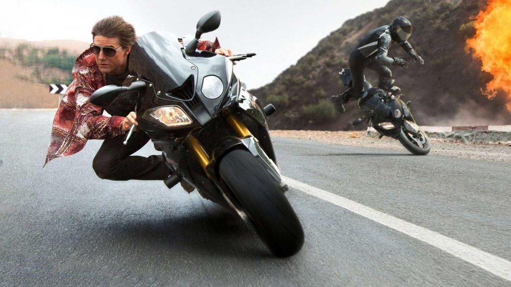 Bild på Tom Cruise som kör motoryckel